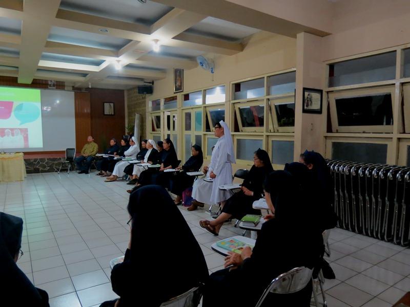 Tampil berani bicara. Inilah yang terjadi di forum pelatihan-lokakarya semangat anti korupsi bersama para Suster Fransiskanes Sukabumi (SFS) oleh tim pengampu KWI - Yayasan Bhumiksara.