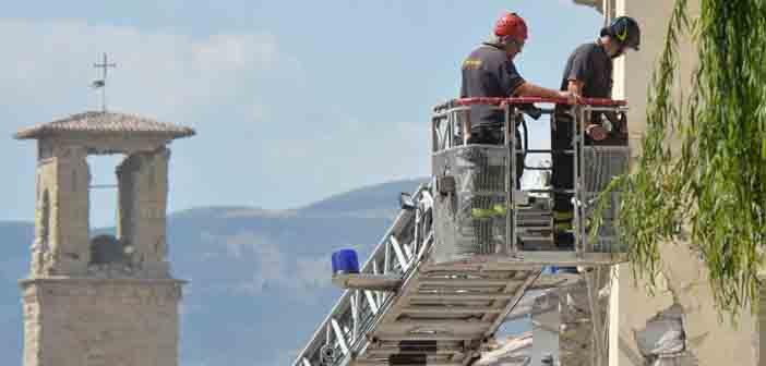 Regu penyelamat di antara puing-puing bangunan akibat gempa Amatrice/Foto:CNN