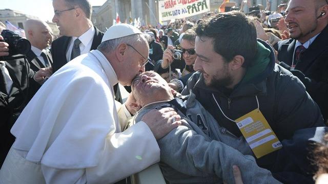 Paus Fransiskus menunjukkan sikap kerahiman dengan memberi atensi penuh kepada orang sakit. (Ist)