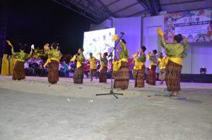 Tarian hegong asal Kabupaten Sikka, dibawakan oleh OMK Keuskupan Maumere pada Malam Budaya IYD 2016 di Manado (2)