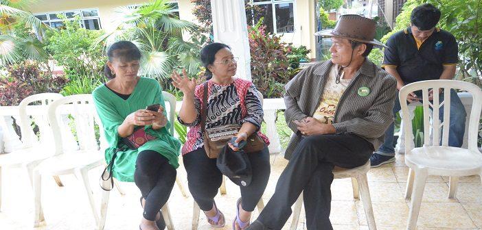 Kristianus Tungar (bertopi), peternak Kambing Otawa asal Flores yang sukses di Jawa Timur