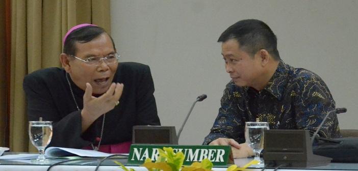 Bapak Ignasius Jonan selaku narasumber bersama Mgr. Martinus Dogma Situmorang, OFM, Cap