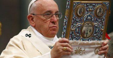 Paus mengangkat Alkitab