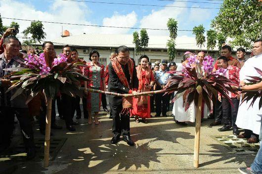 Gubernur Kalbar Cornelis memancung tebu muda sebagai simbol penymbutan kedatangan pejabat penting dalam upacara adat Dayak